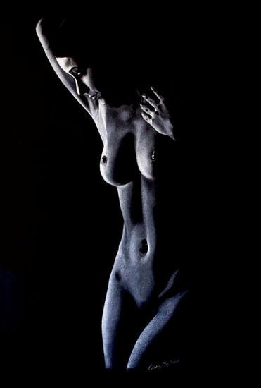 mujer en fondo negro Lápiz