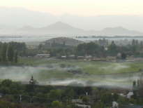 valle con niebla frente a la silhueta andina