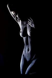 mujer en fondo negro