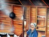 la viejita en su cocina tostando cafe