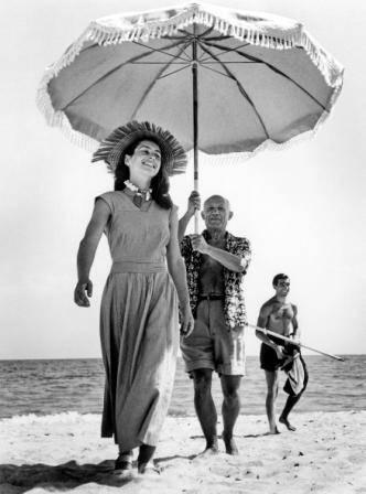 Robert Capa  (1913-1954) Françoise Gilot, Pablo Picasso y su sobrino Javier Vilató en la playa Golfe Juan, agosto 1948. Gelatina de bromuro de plata, 40,4 x 51 cm International Center of Photography, Nueva York Robert Capa © International Center of Photography / Magnum Photos