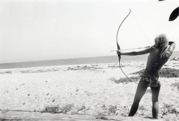 Jane Fonda, práctica de puntería, por Dennis Hopper, 1965, Los Angeles. The Dennis Hopper Art Trust