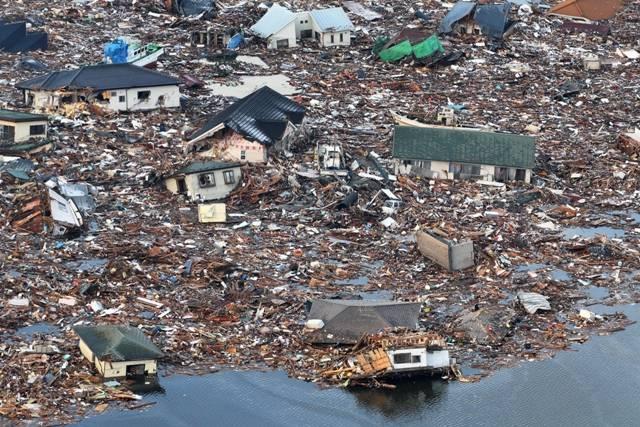 © Junichi Sasaki / Mainichi Newspaper 12 de marzo 2011. Después del tsunami. Podemos distinguir un hombre solo, abajo a la derecha. Foto tomada a las 7h31 desde el helicóptero de Mainichi Newspaper.
