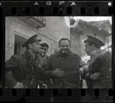 Ernest Hemingway (tercero por la izquierda), Herbert Matthews, periodista del New York Times (segundo por la izquierda) y dos soldados republicanos  Estate of David Seymour / Magnum. International Center of Photography 