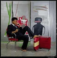Jean-Michel Basquiat en su estudio en la calle Great Jones, New York, 1985, frente a 'Untitled', 1985; Acrílico y óleo sobre madera, 217 x 275,5 x 30,5 cm (detalle); Colección privada; Foto: Lizzie Himmel©, © 2010, ProLitteris, Zürich; Cortesía: Fundación Beyeler
