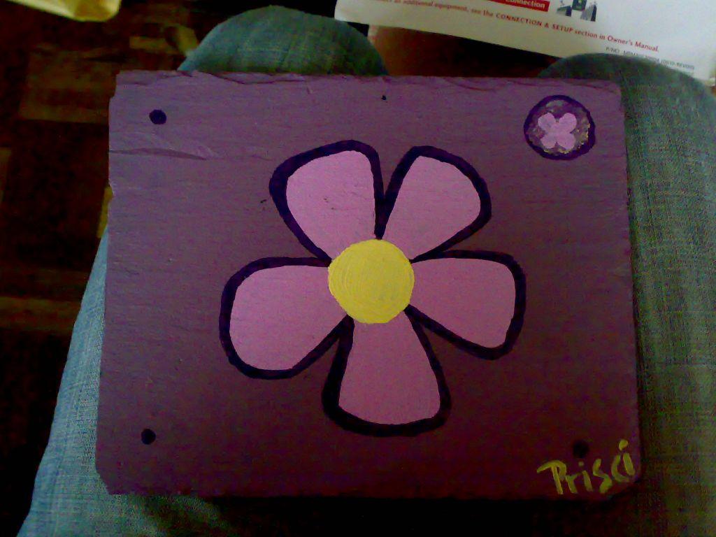 Flores Lilas Con Rosas Sobre Fondo: Flor Rosa Sobre Fondo Lila En Acrílico Sobre Pizarra