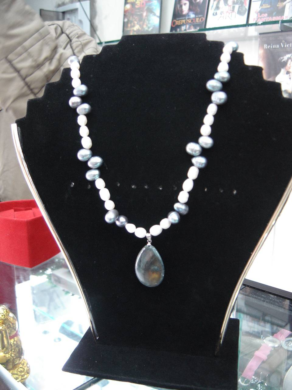 41e59f6e57c5 Collar de Perlas Blancas y grises de rio con broche de plata Julio ...