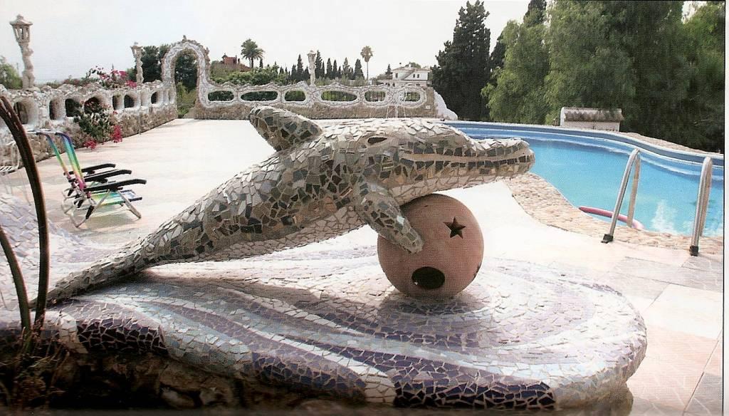 Banco delf n mario albi ana andr s for Piscina delfin madrid