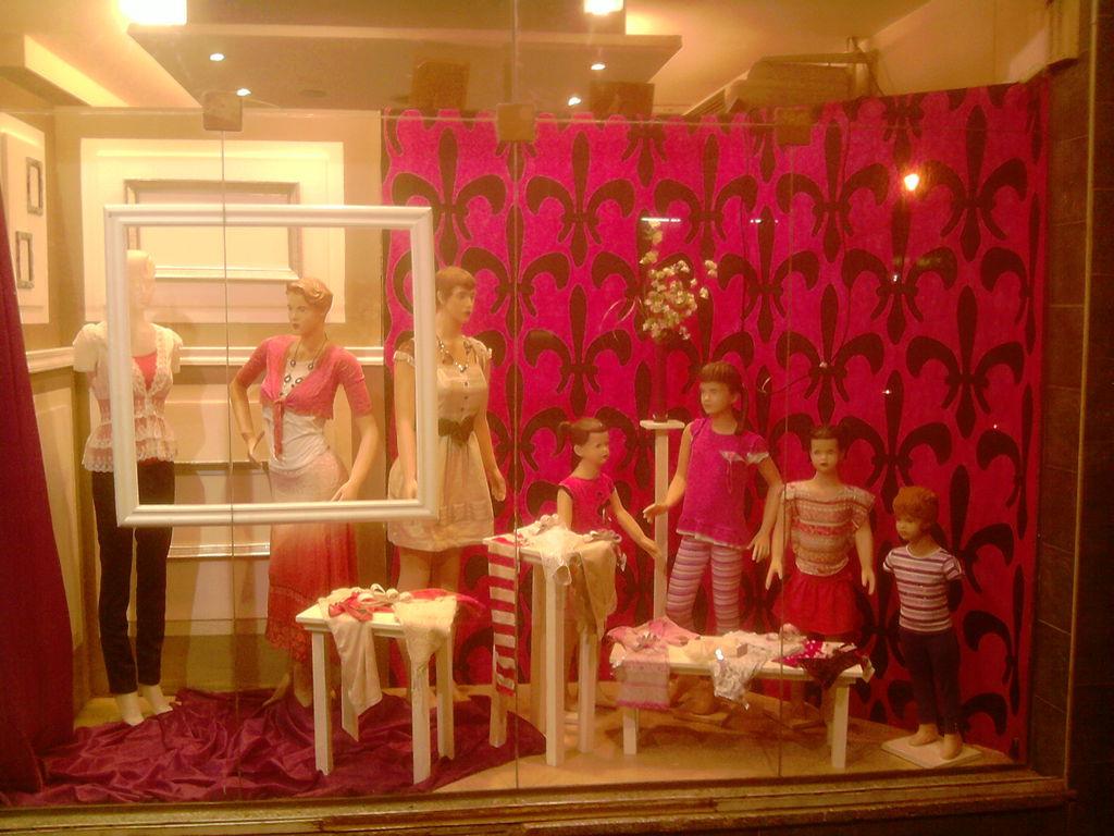 Vidriera de damas gustavo pascual for Decoracion de vidrieras de ropa