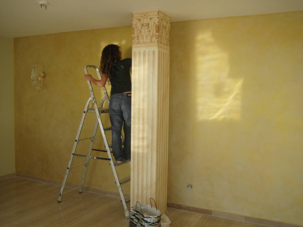 P tina dorada en pared detr s de la columna sandra mari o for Pintura plateada para pared