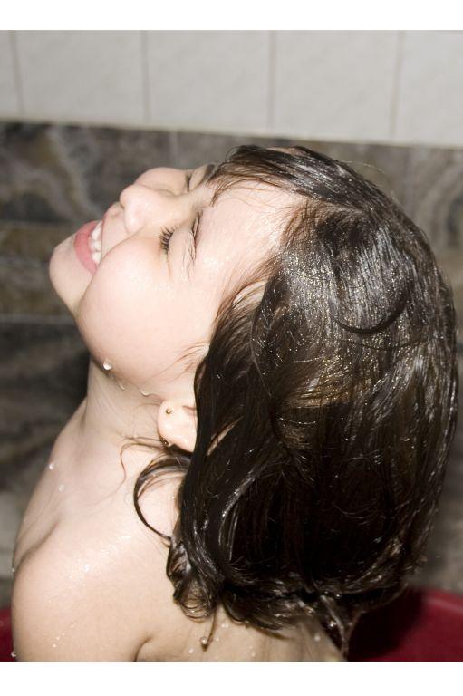 niña bañandose gertrudis Leiva von Bovet- Artelista.com