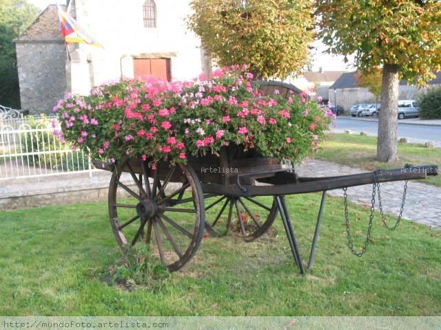 Carreta con flores isabella devi en for Carretas de madera para jardin