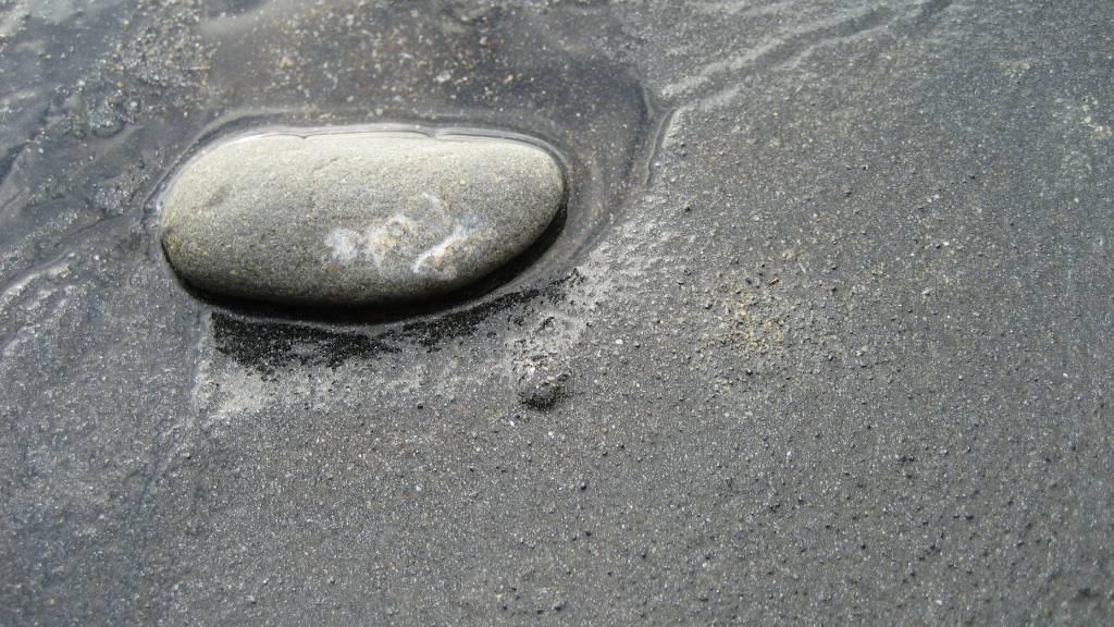 Resultado de imagem para pedra negra no mar
