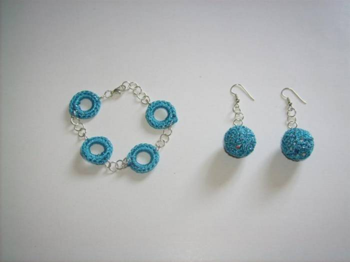 Aretes y Pulsera tejida a crochet Catherinne P. - Artelista.com