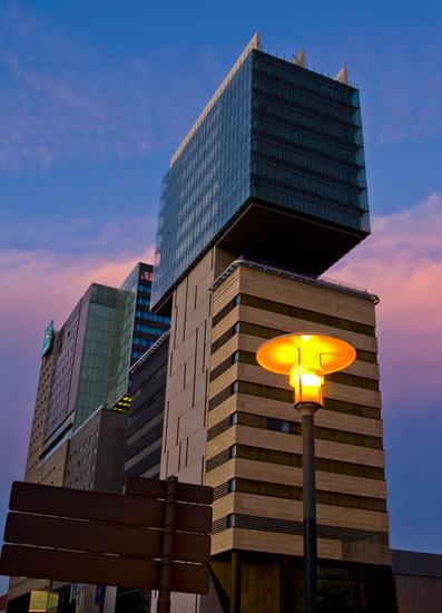 Edificio y lampara Color (Digital) Architecture and Interiorism