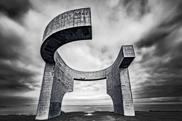 El lenguaje de Chillida. / The language of Chillida. Conceptual/Abstracto Blanco y Negro (Digital)