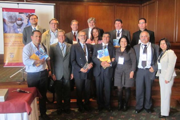Foto: grupo de médicos colombianos y expertos del CICR que trabajaron durante casi dos años en la realización de la Guía para el Manejo Médico-Quirúrgico de Heridos en Situación de Conflicto Armado. Otros Otros Otros