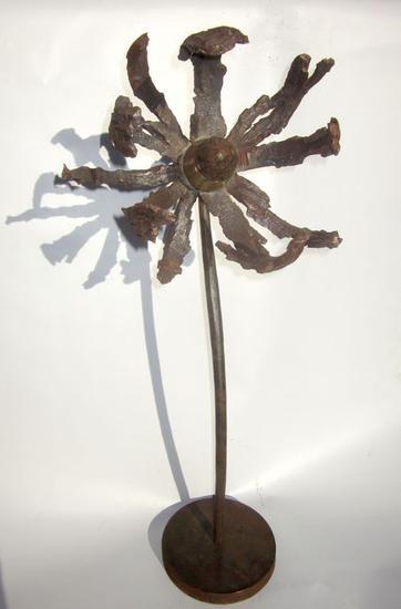 Flor de la guerra I Metal Figurativa