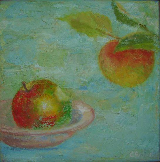 manzana sobre plato y en rama