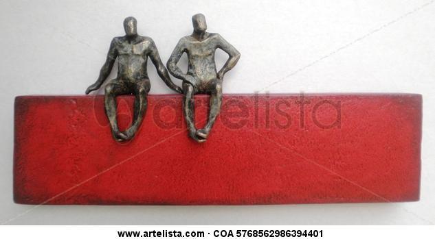pequeños seres sentados en rojo (2)