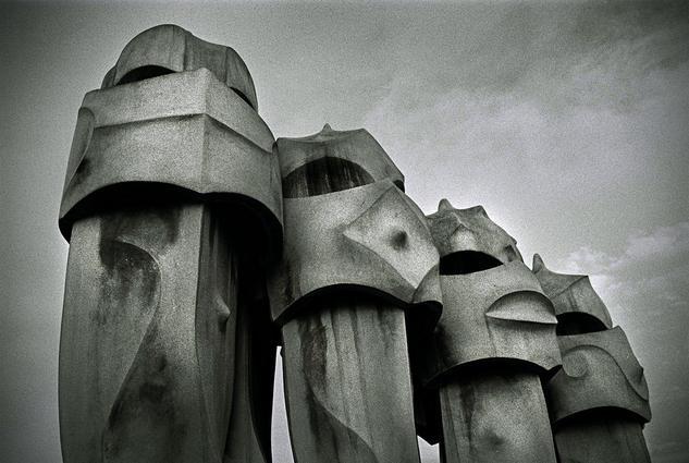 Moais de Capadocia en Barcelona Blanco y Negro (Química) Arquitectura e interiorismo