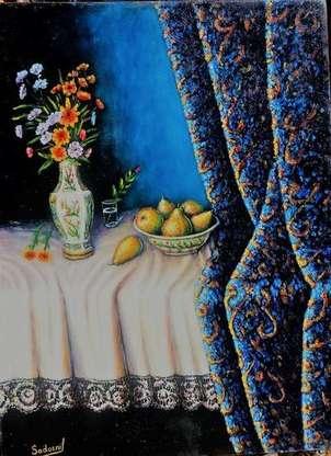 cortina peras y florero en mantel con puntilla