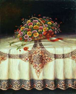 cesta de flores sobre mantel con puntilla