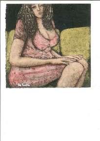 mujer en sofá verde