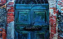 tras la puerta azul