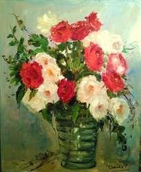 jarron de cristal con rosas rojas y blancas