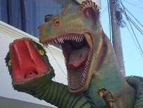 de obra de arte dinosaurio con serpente