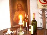 dios con vela y vino tinto.