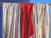 telas colgadas iv - rojo sobre blanco