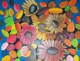 jarron y flores entre hojas